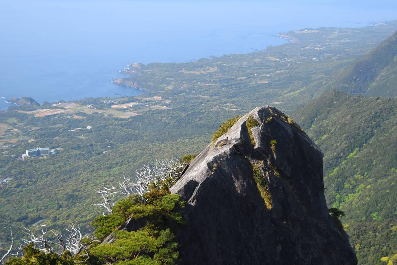 モッチョム岳の巨岩と海の展望