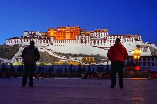 Sele e Isaac frente al Palacio de Potala (Lhasa, Tíbet)