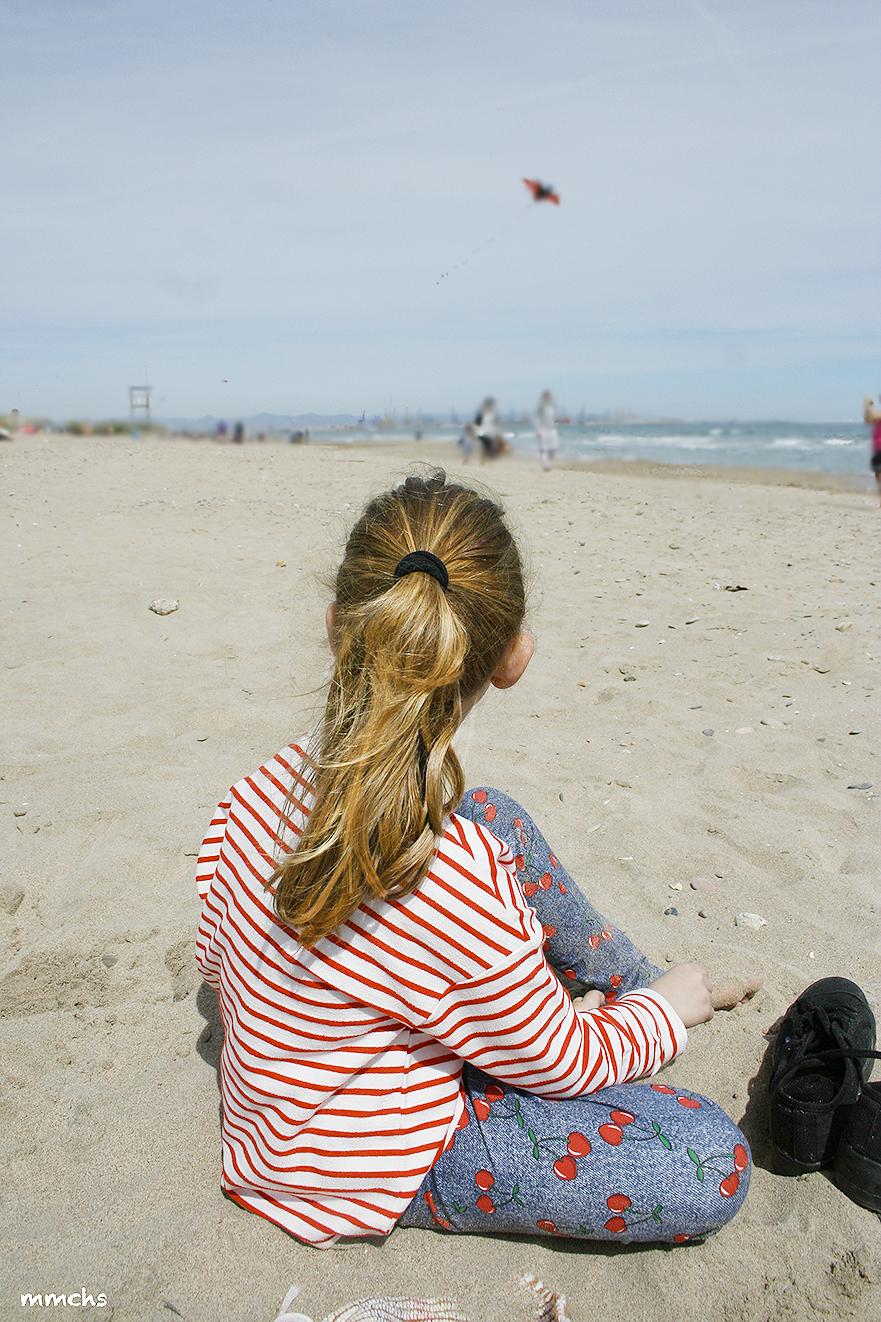 niña en la playa en invierno
