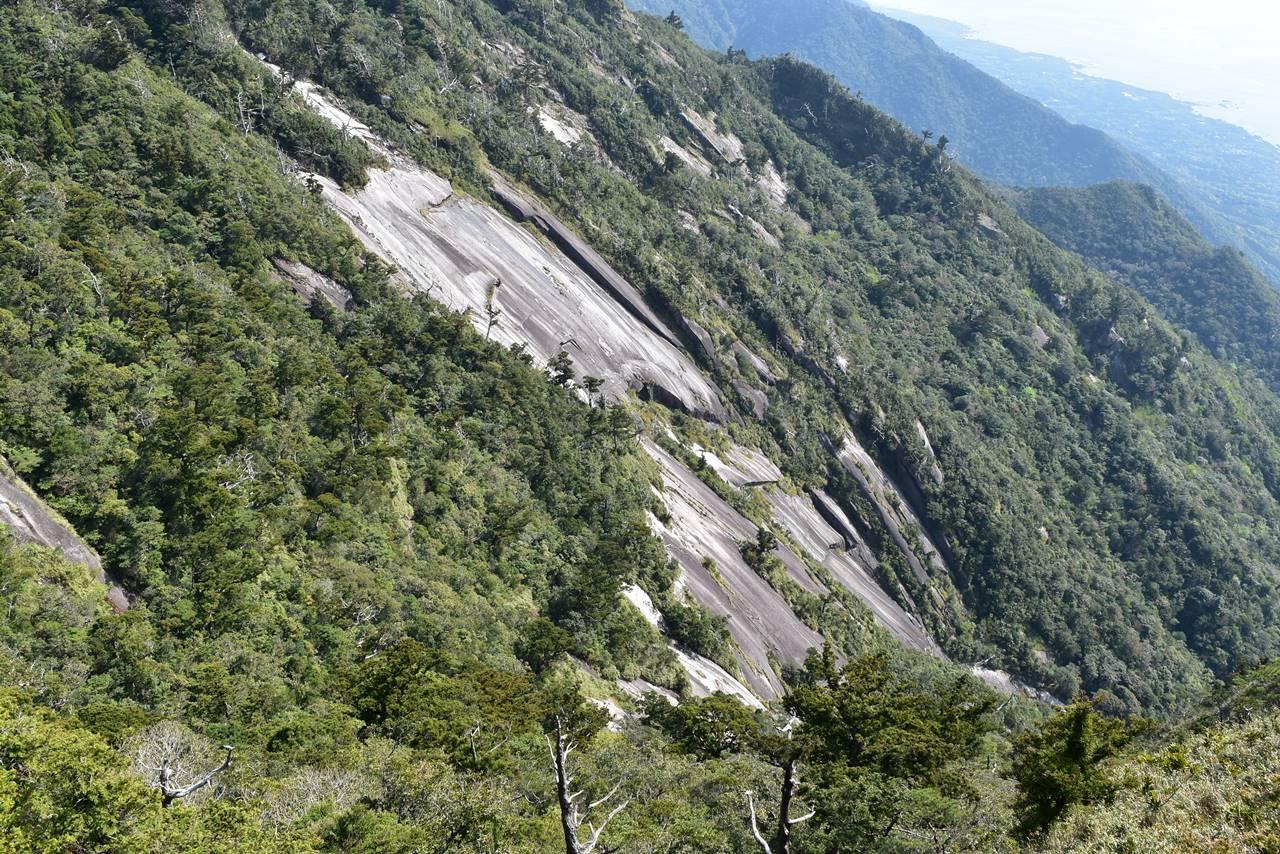 モッチョム岳東側の大岩壁