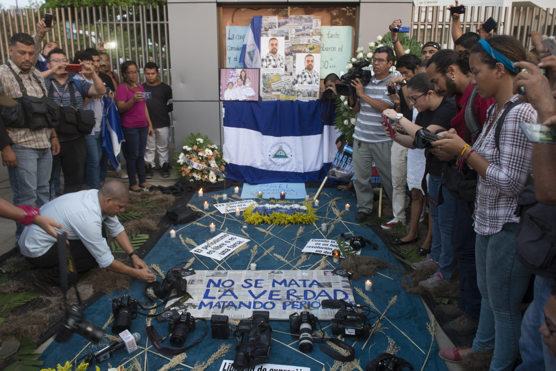No Se Mata La Verdad Matando Periodistas Reza Pancarta Colocada Durante El Homenaje Al Periodista De Televisin Ngel Gahona En Capital
