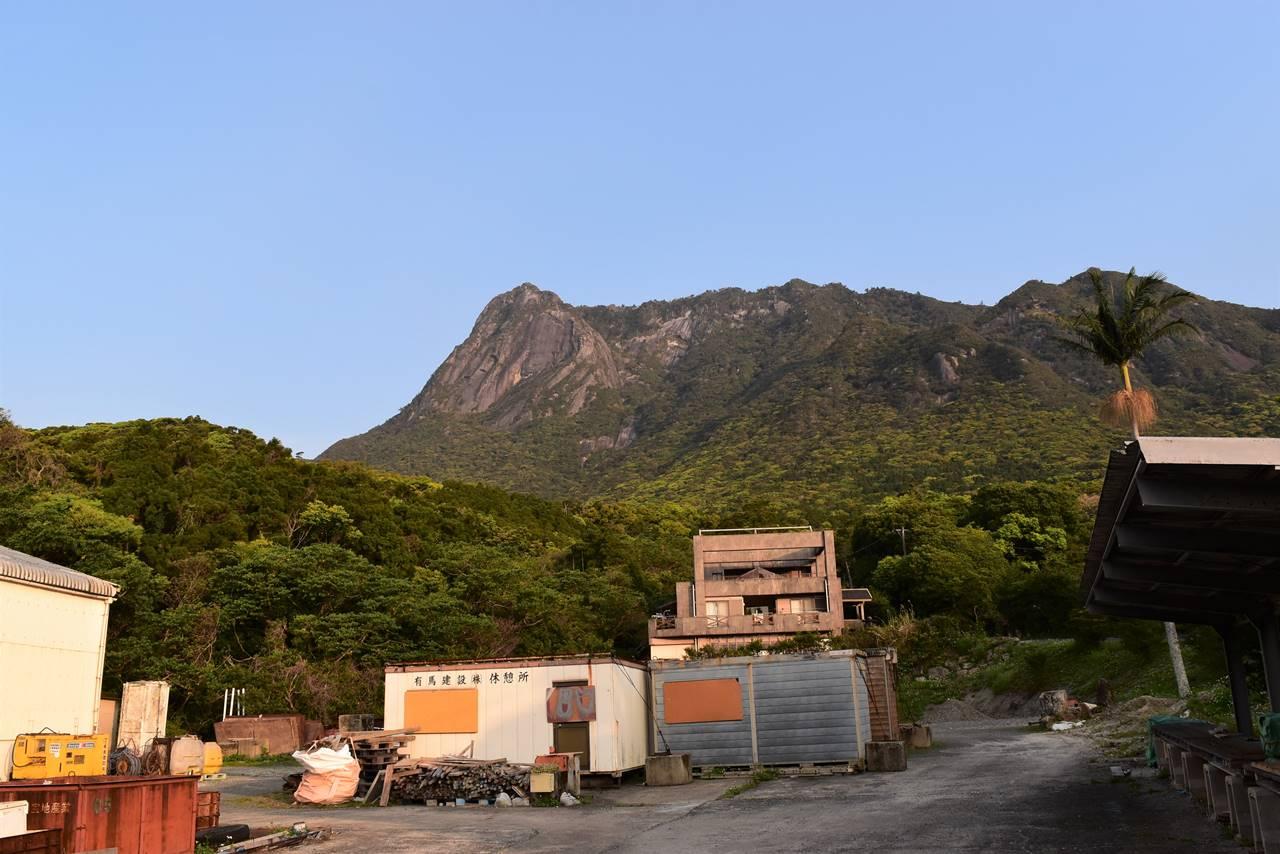 街から見上げるモッチョム岳