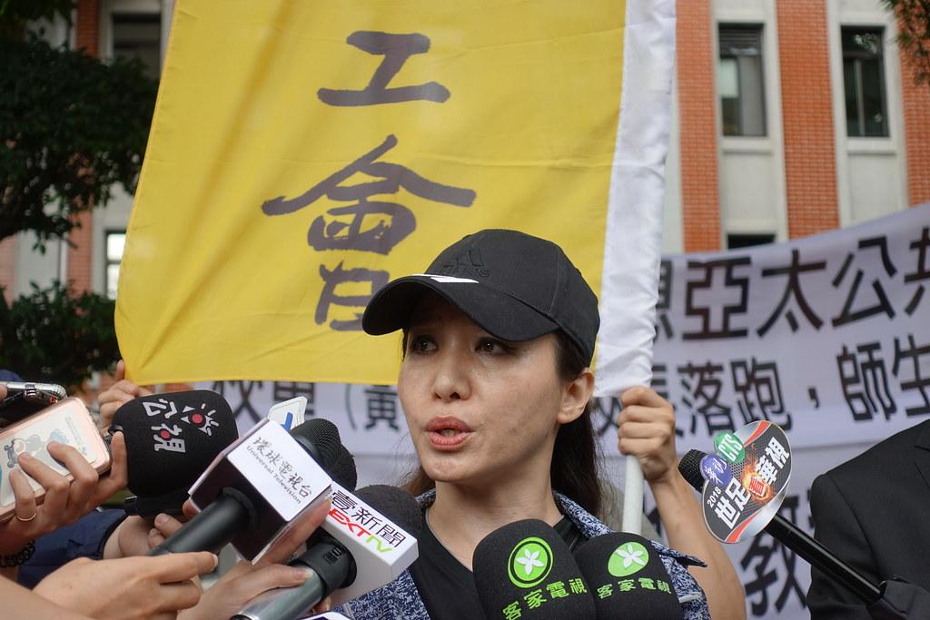在亞太任教二十年的教師黃惠芝痛批亞太董事會圖謀校產,不顧師生權益。(攝影:張智琦)