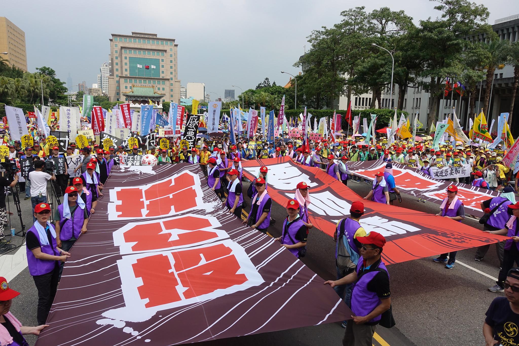 參與五一遊行的勞工集結在凱道。(攝影:張智琦)