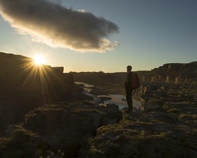 Precioso atardecer bajo sol de media noche en Islandia