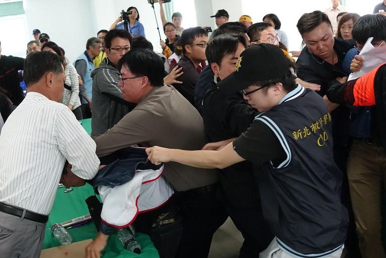 李文忠宣布會議結束後,居民和警方爆發推擠衝突。(攝影:張智琦)