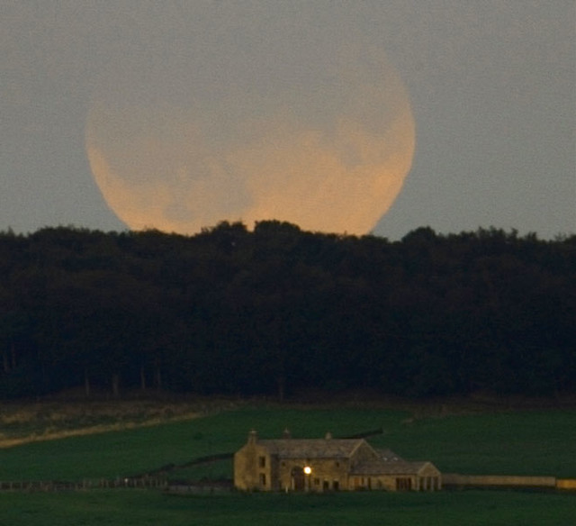 Mooning Over New Missoni: 上星期四,月亮的部份表面變暗,成因並不是來自月相;當時是滿月