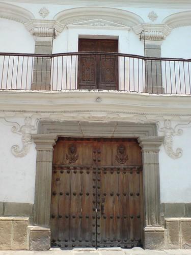 Puerta y balc n de la casa de las sirenas antigua guatema for Puertas para casas antiguas