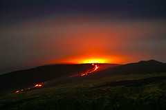 Night-time view of a lava flow on Etna's W flank in November 2006. | by volcanodiscovery
