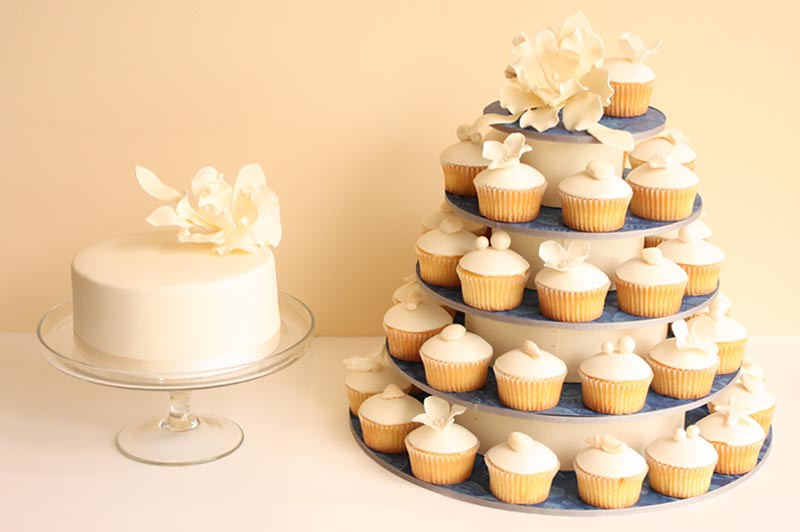 Beach wedding cupcakes and cutting cake   Fondant covered cu…   Flickr