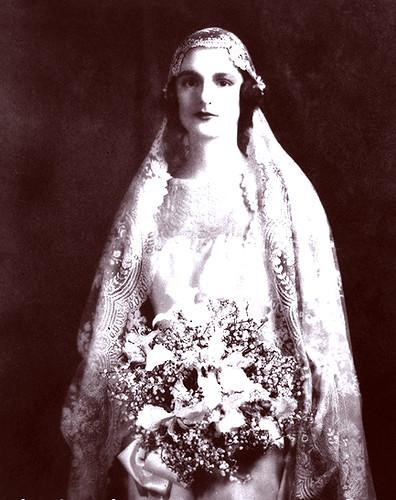1920s Wedding Dress | Bride holding a wedding bouquet. [LC-U ...