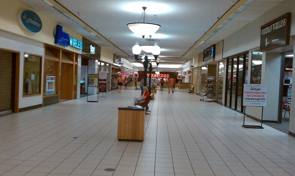 Crossroads Mall - Fort Dodge, Iowa - Younkers corrdior | Flickr