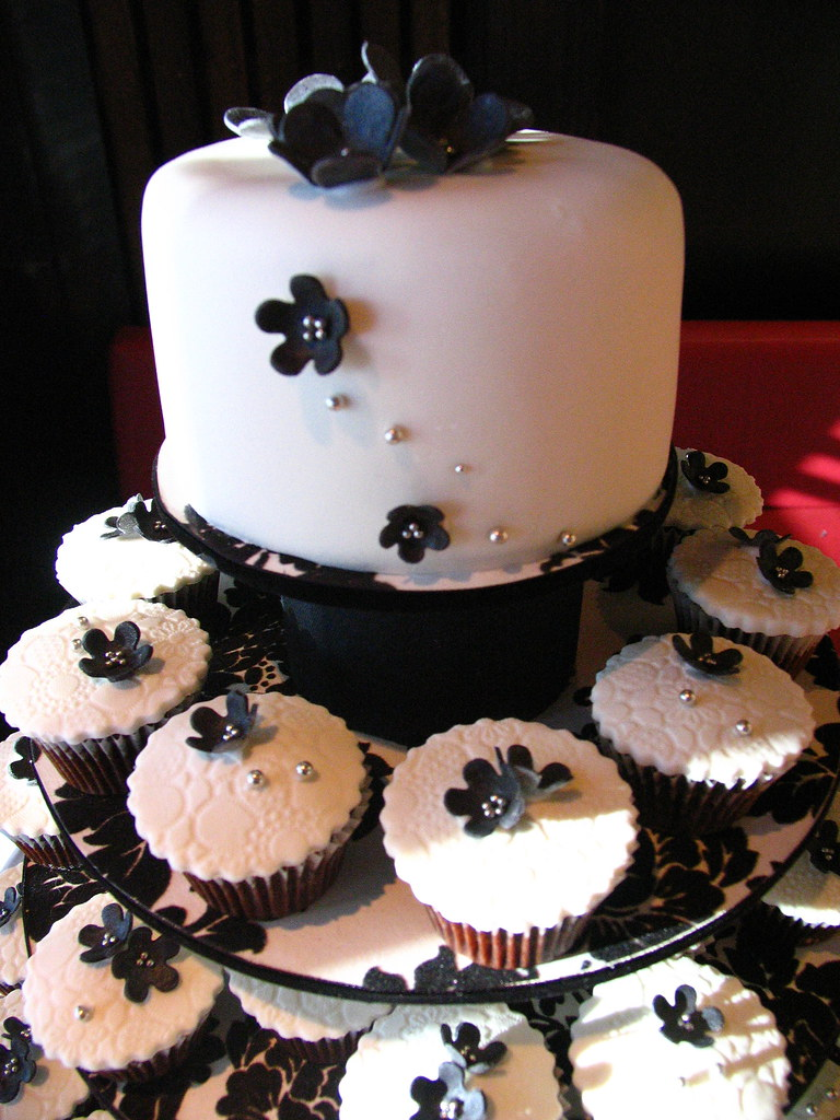 Black & White Wedding Cupcakes | Black & white cupcake theme… | Flickr