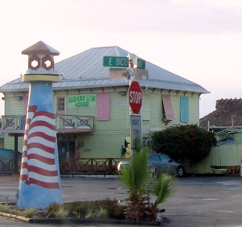 Old key lime house and lighthouse i love the colors of for Classic house keys samplephonics