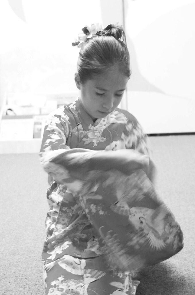 (D) Tavi in kimono