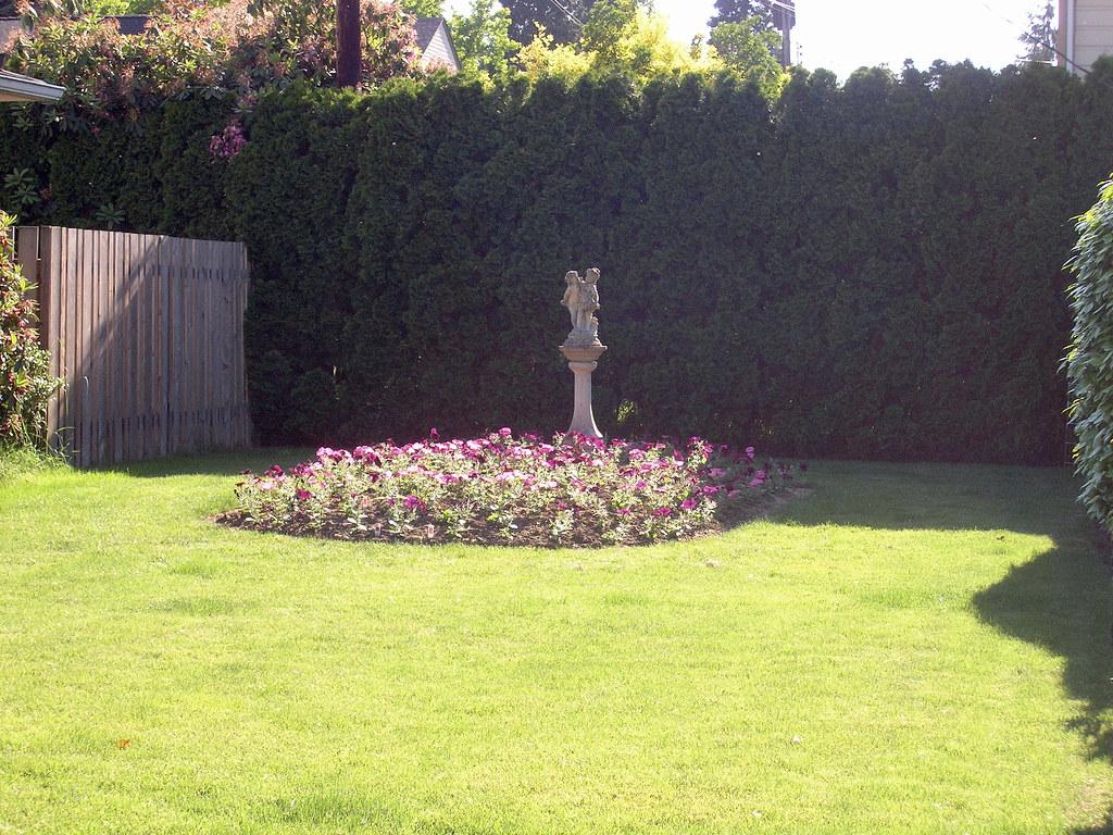 Un Jardin Pequeno De Las Flores A Small Flower Garden On T Flickr