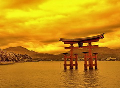 The floating red Torii of Miyajima - Hiroshima | by belthelem