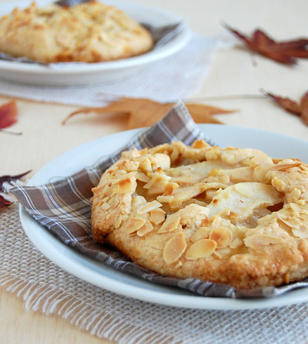Pear croustade with lemon pastry and almonds / Croustade de pêra com massa de limão siciliano e amêndoas | by Patricia Scarpin