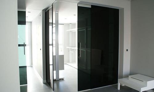 Puerta corredera con vidrio dark grey las puertas for Puertas blancas con vidrio