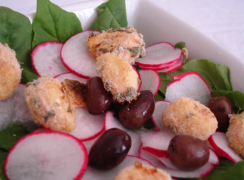 Spinach and radish salad with mozzarella rolled in breadcrumbs / Salada de espinafre e mussarela de búfala empanada | by Patricia Scarpin