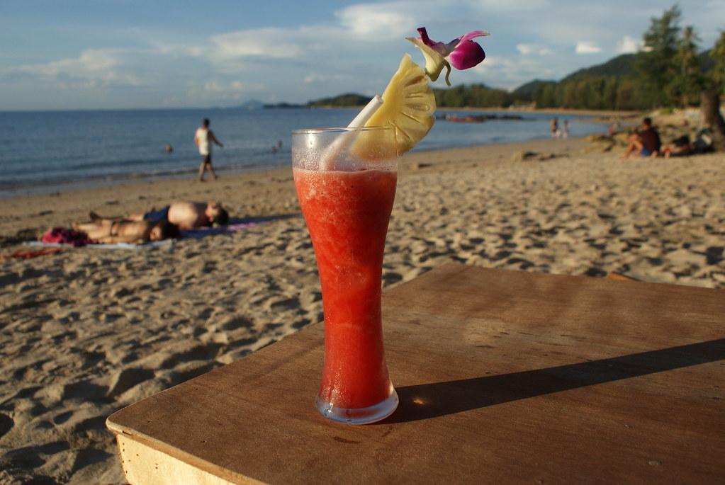 Cocktail sur une plage de l'île de Koh Lanta.