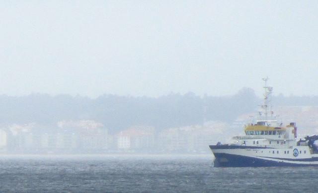 Un barco frente a Sanjenjo