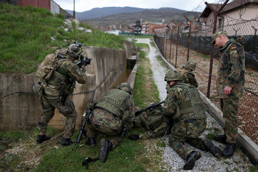 Alarmübung der Sanitäter im Einsatz KFOR | Soldaten des deut… | Flickr | {Sanitäter logo bundeswehr 22}