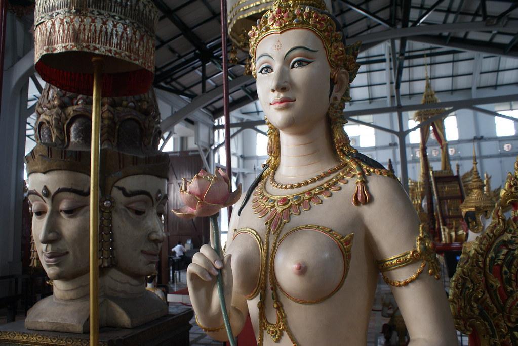 Statues dans le hangar des barges royales et autre véhicules aquatiques à Bangkok.