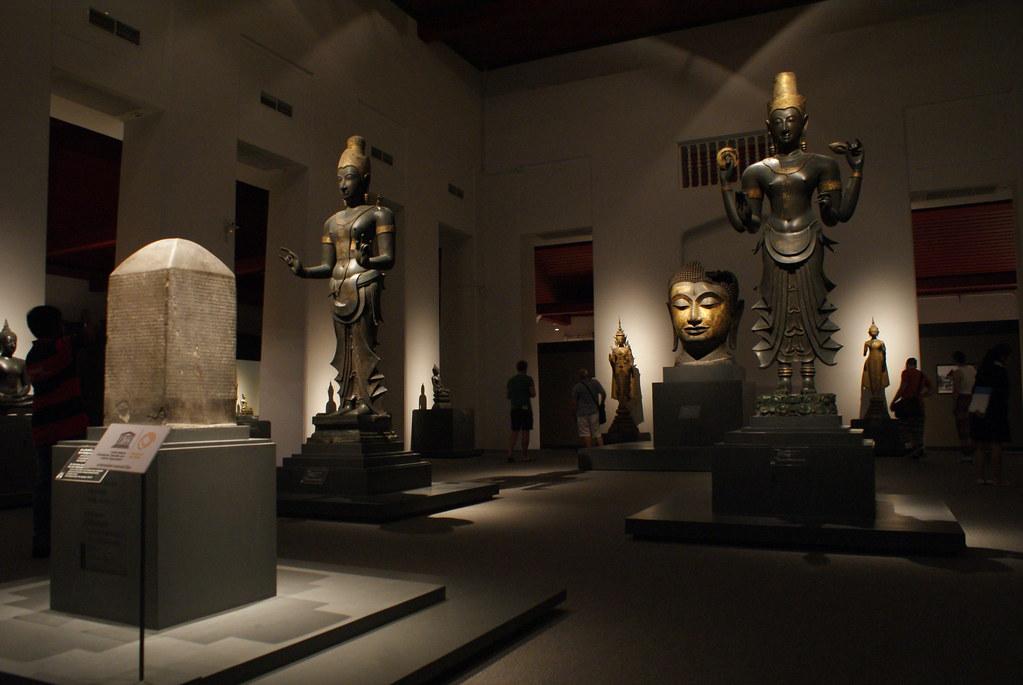 Clair-obscur dans les pièces rénovées du Musée National de Thailande à Bangkok.