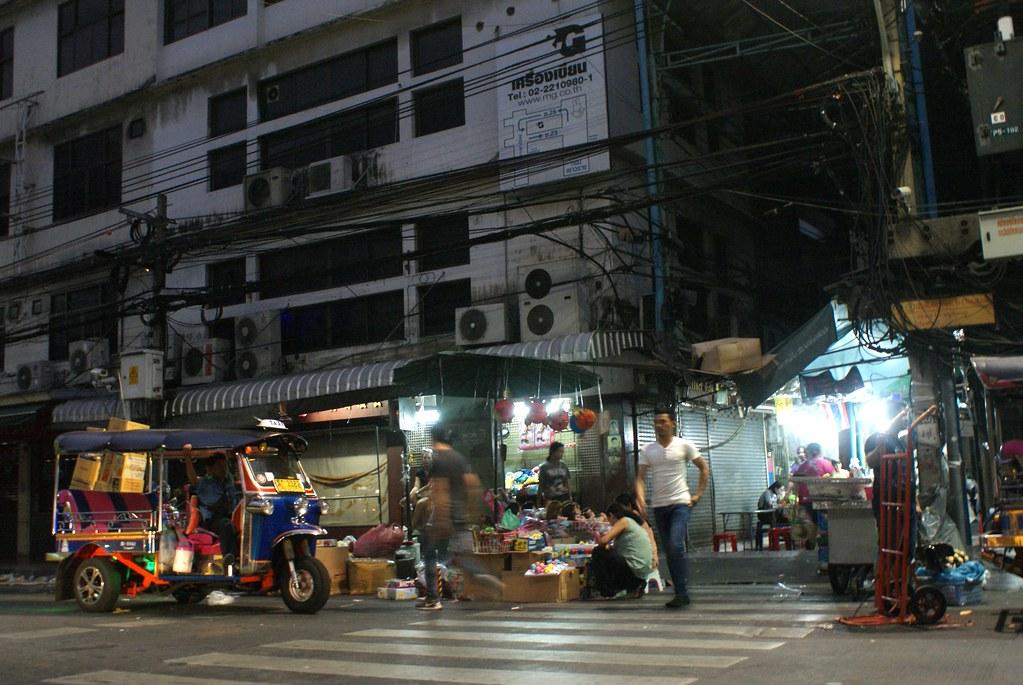 Chinatown à Bangkok : Le soir la frénésie laisse place à des contrastes marquées entre les ruelles éclairées et les entrepôts sombres.