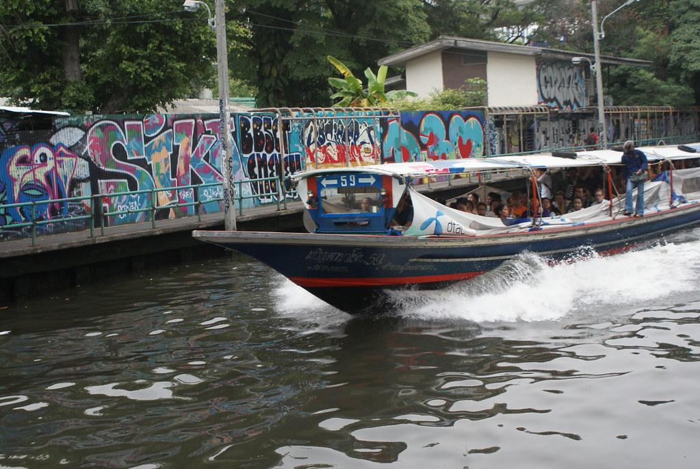 Service de transport sur le canal Khlong Saen Saeb à Bangkok. C'est rapide, pas cher, cela secoue un peu :)