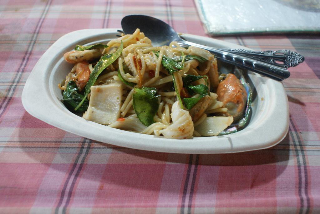 Street food à Bangkok : Plat de nouilles et de fruits de mer.
