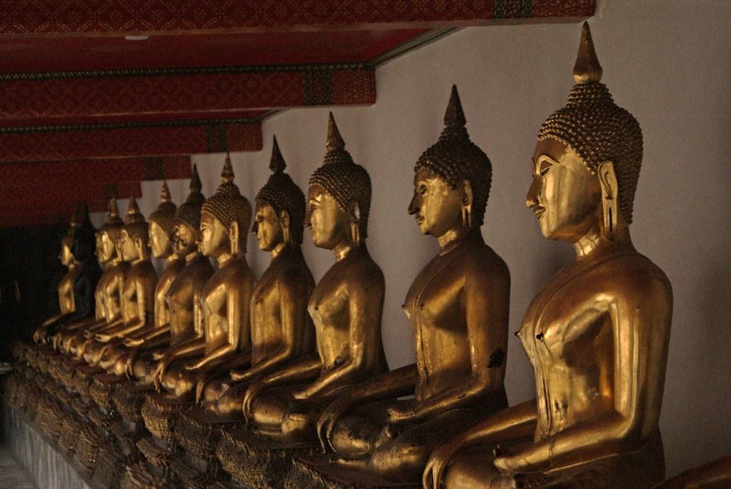 Rangée de Bouddhas dorés au temple Wat Pho à Bangkok.