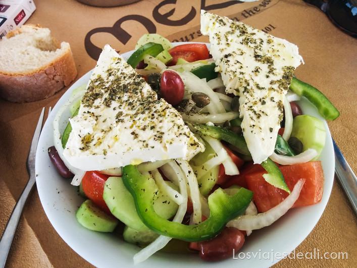 un básico de la gastronomía griega es la ensalada