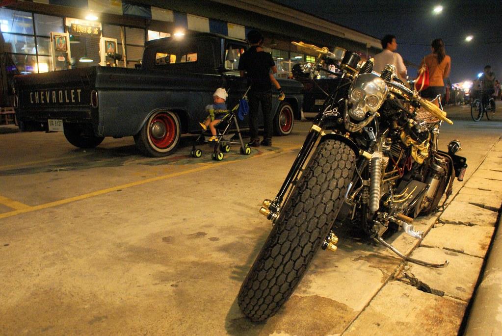 Chevrolet et moto à tête de mort, le marché est un mélange d'ambiance thai, américaine et japonaise.