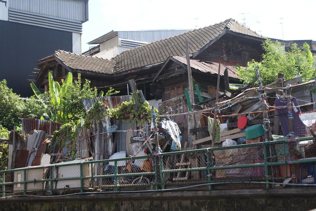 Bric à broc en palissade le long des canaux de Bangkok.