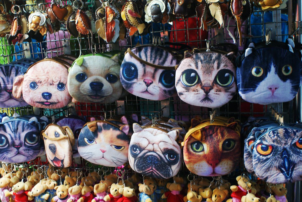 Porte monnaie à l'effigie de chiens et de chats dans le quartier chinois de Bangkok.