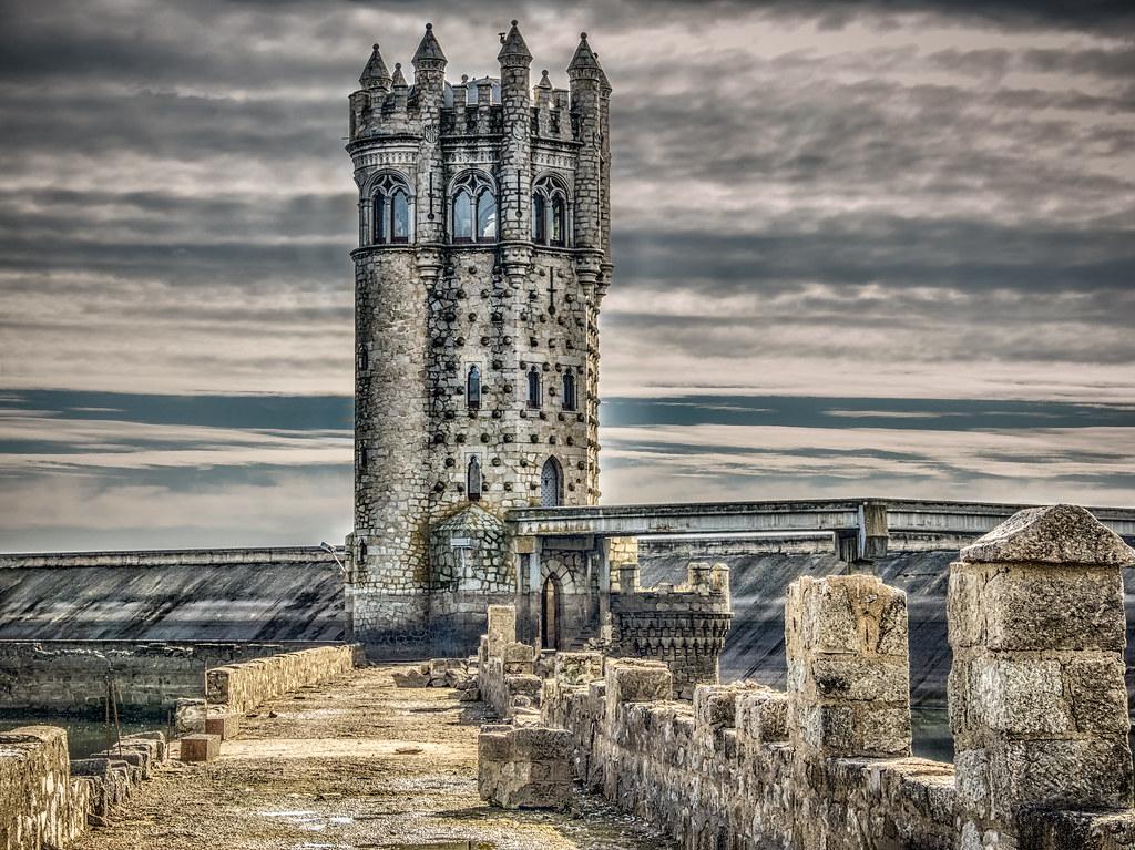 Resultado de imagen de torre del embalse de santillana