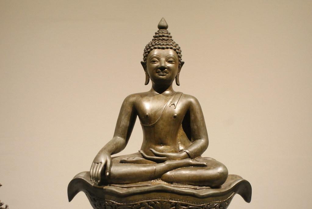 Statue de Bouddha sous des traits féminisés au Musée National de Bangkok.