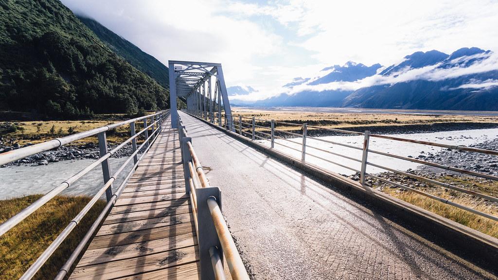 Bridge and Tasman River 橋與塔斯曼河