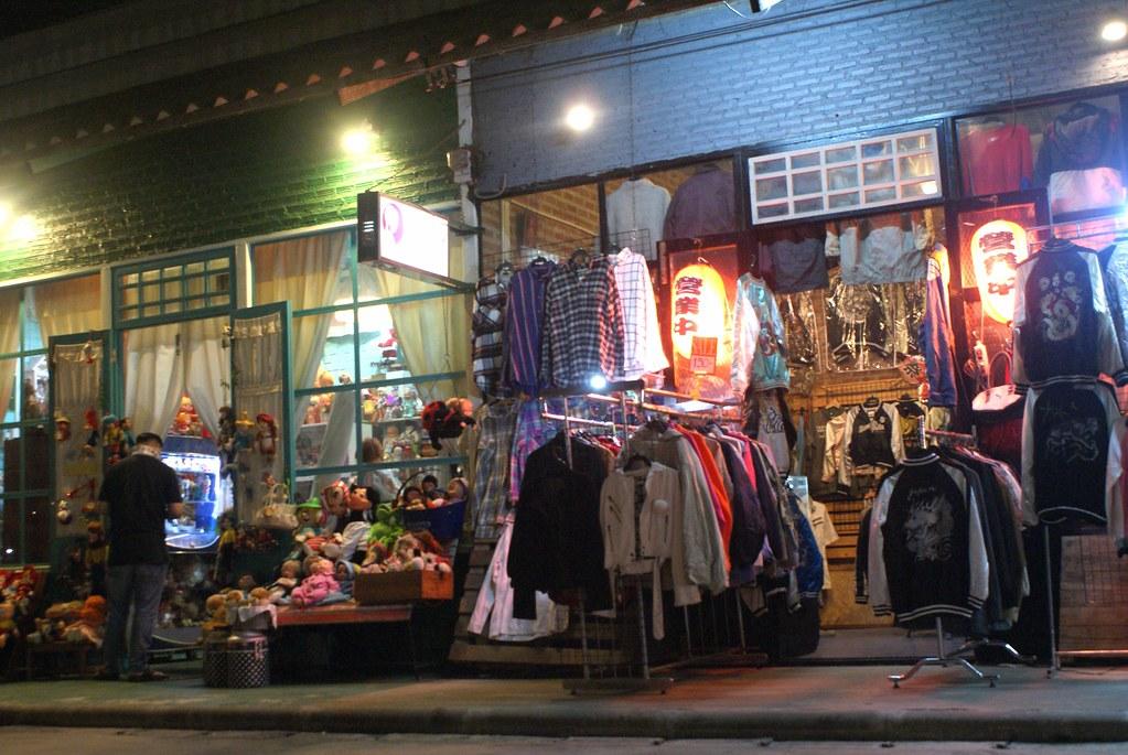 Devanture de boutiques au marché Rot Fai de Bangkok.