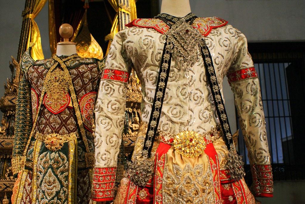 Costumes thai richement décorés au Musée National de Thailande.