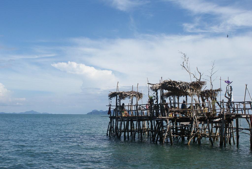 Sur un ponton au sud de l'île de Koh Lanta (Thaïlande).