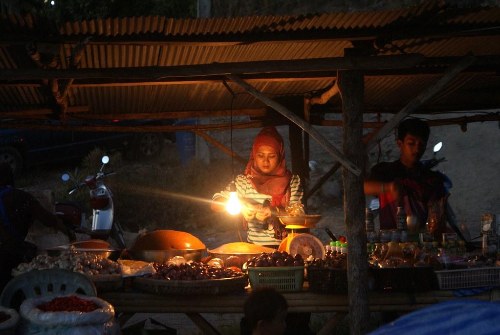 Sur un marché de Koh Lanta à la tombée de la nuit.