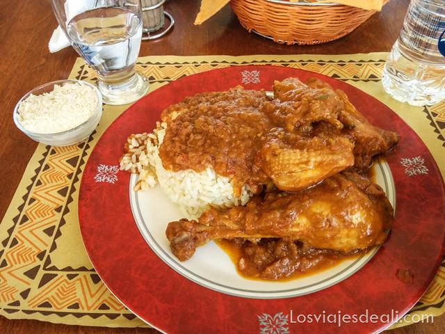pollo guisado con tomate gastronomía griega