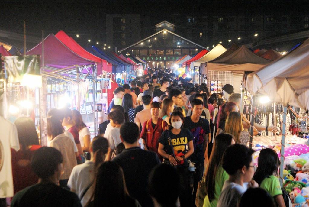Allée du marché vintage de Rot Fai à Bangkok.