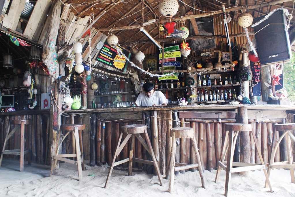 Le Monkey bar sur la plage à Koh Lanta.