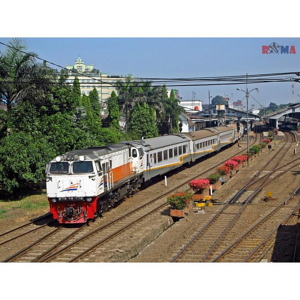 Ka Lodaya Tambahan Lebaran Keretaapi Bandung So Flickr Kereta Api Solobalapan By Radiansyah
