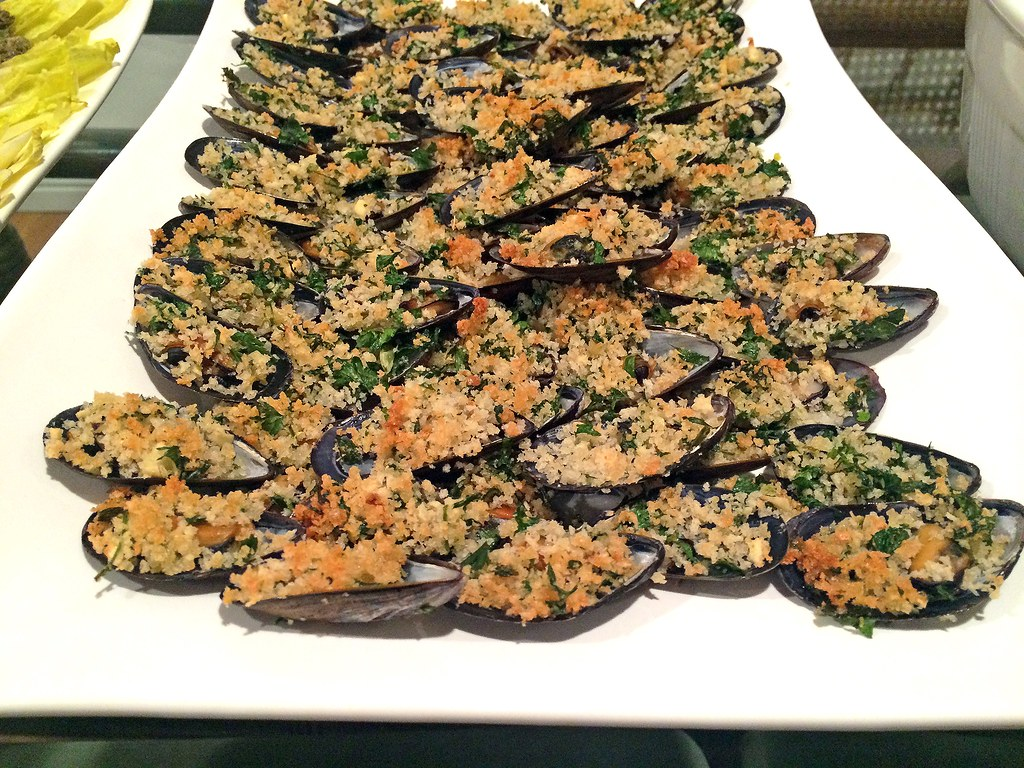 Oven baked mussels with herbed panko