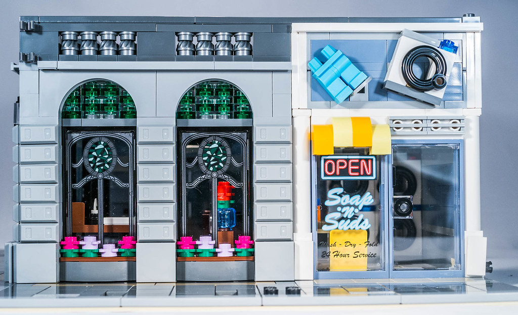 Lego 10251 The Brick Bank By Gnaat_lego